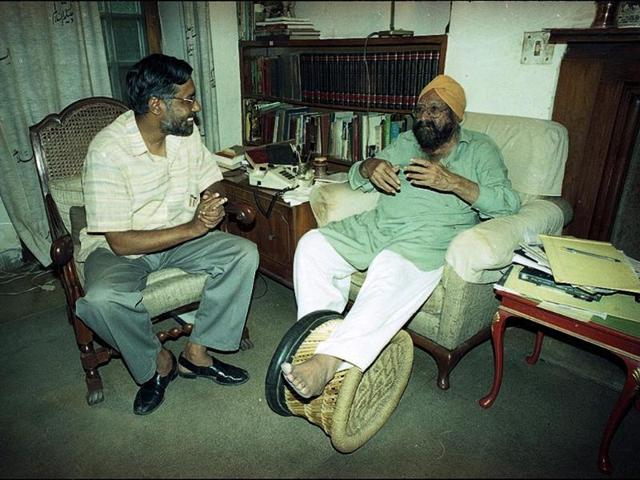 Noted author and journalist Khushwant Singh, who passed away at the age of 99 on Thursday, in conversation with a journalist on January 7, 1999. Pradeep Bhatia/HT Photo