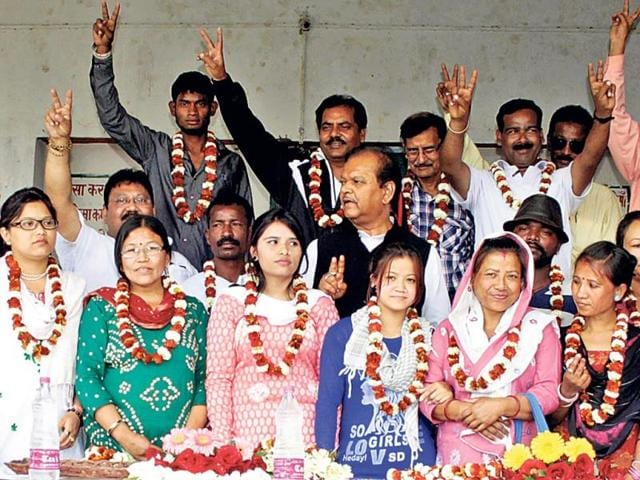 Former-Union-minister-Subodh-Kant-Sahai-poses-for-a-photograph-with-supporters-during-an-election-meeting-in-Nagratoli-in-Ranchi-HT-Photo