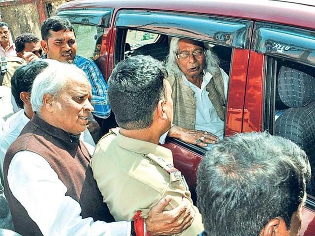 TMC-state-convener-Dilip-Chatterjee-in-the-vehicle-being-taken-to-the-jail-in-Dhanbad-Bijay-HT