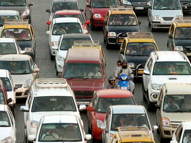 Commuters-travel-along-a-busy-stretch-of-road-in-Mumbai-A-handful-of-residents-in-one-of-the-world-s-noisiest-cities-have-taken-on-a-daunting-challenge-persuading-drivers-to-stop-honking-their-car-horns--AFP-photo