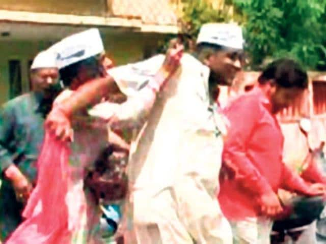 Aam-Aadmi-Party-workers-throw-ink-on-Ajay-Somani-who-withdrew-his-nomination-in-Ajmer-Deepak-Sharma-HT-Photo