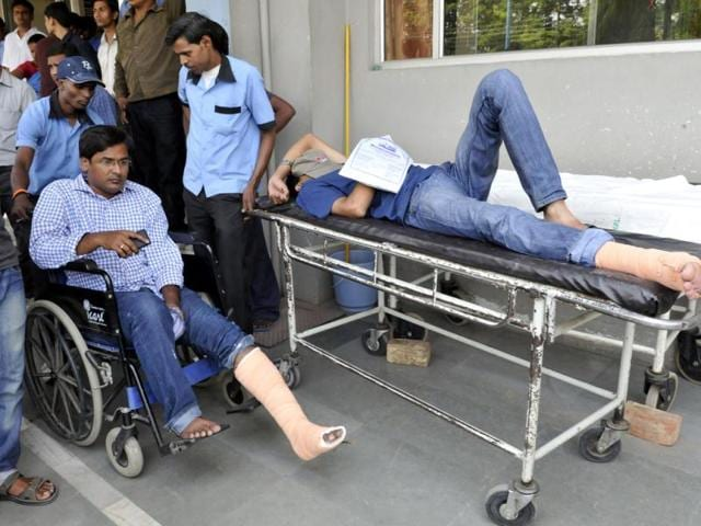 IIM-students-recieve-treatment-after-the-stage-collapsed-during-the-convocation