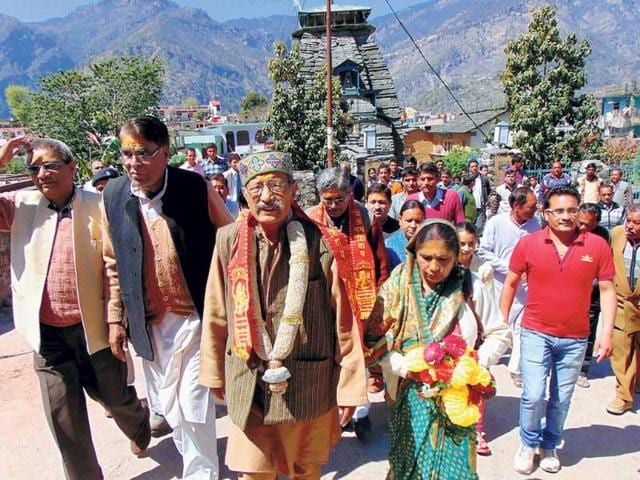 BJP-s-Pauri-Garhwal-candidate-BC-Khanduri-centre-during-a-roadshow-in-Gopeshwar-HT-Photo