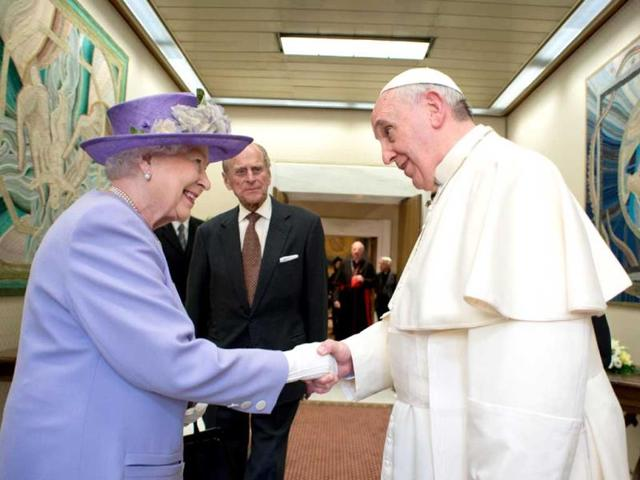 Queen Elizabeth gives honey to Pope, who has gift for George