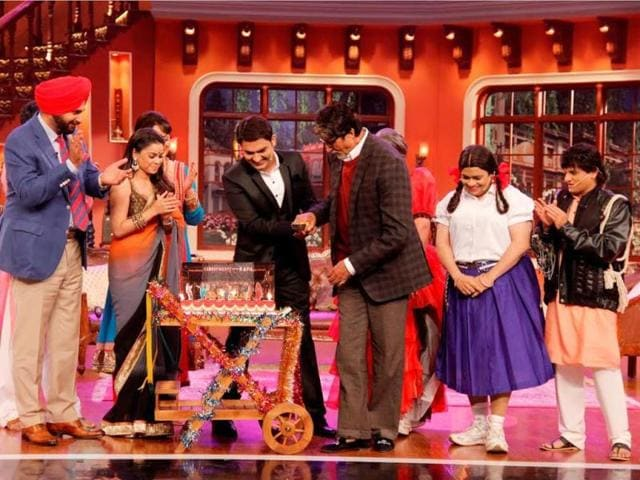 Kapil-Sharma-cuts-his-birthday-cake-with-Amitabh-Bachchan-on-the-sets-of-his-show-Comedy-Nights