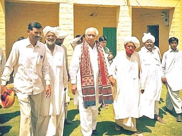 Jaswant-Singh-with-Muslim-supporters-in-Barmer-HT-Photo