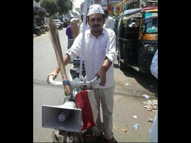 AAP-workers-campaign-on-cycles-in-Gwalior-HT-photo