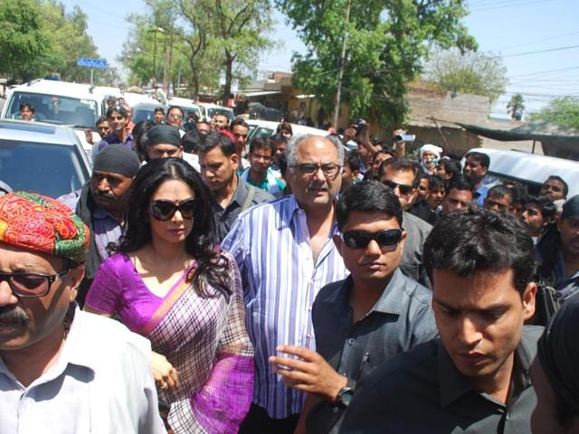 Bollywood-actress-Sridevi-along-with-husband-Boney-Kapoor-campaigning-for-RLD-leader-Amar-Singh-for-Lok-Sabha-elections-in-Fatehpur-Sikri-HT-photo