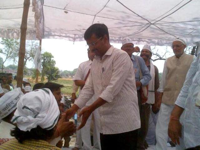 Aam-Aadmi-Party-leader-Arvind-Kejriwal-interacts-with-farmers-in-Varanasi-Photo-by-Darpan-Singh