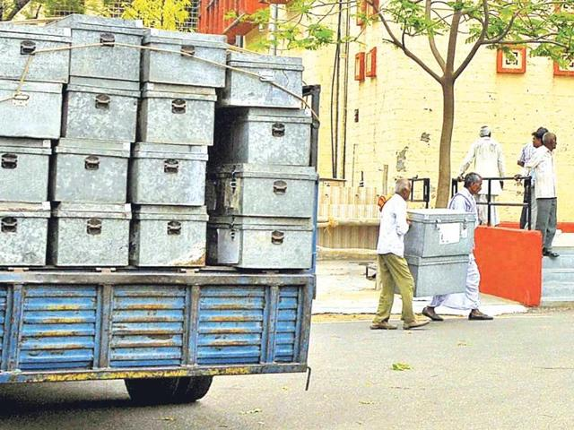 A-truck-loaded-with-EVMs-at-Commerce-College-Jaipur-HT-Photo