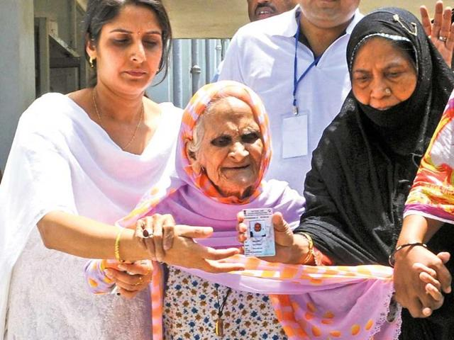 Sabra-Khatoon-the-107-year-old-mother-of-governor-Syed-Ahmad-with-her-family-members-at-ATI-booth-in-Ranchi-on-Thursday-Diwakar-Prasad-HT-photo