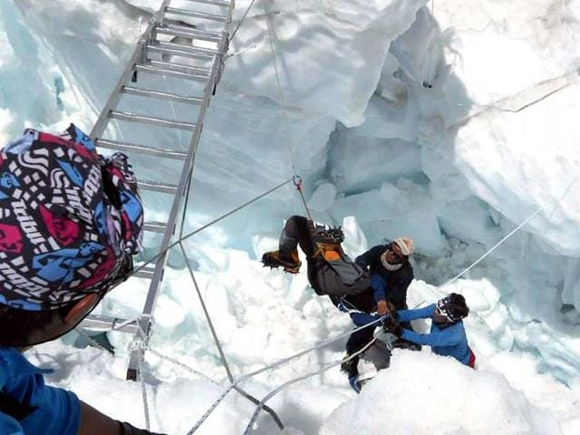 Nepalese-rescue-team-members-rescue-a-survivor-of-an-avalanche-on-Mount-Everest-AFP-photo