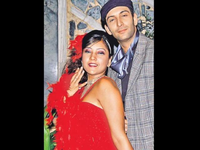 Tina-Dutta-and-Nandish-Sandhu-in-a-romantic-scene-from-Uttaran