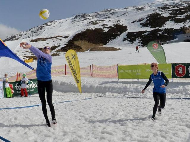 This-picture-shows-players-competing-during-the-Snow-Volleyball-Tour-2014-in-St-Anton-Austria-AFP-photo