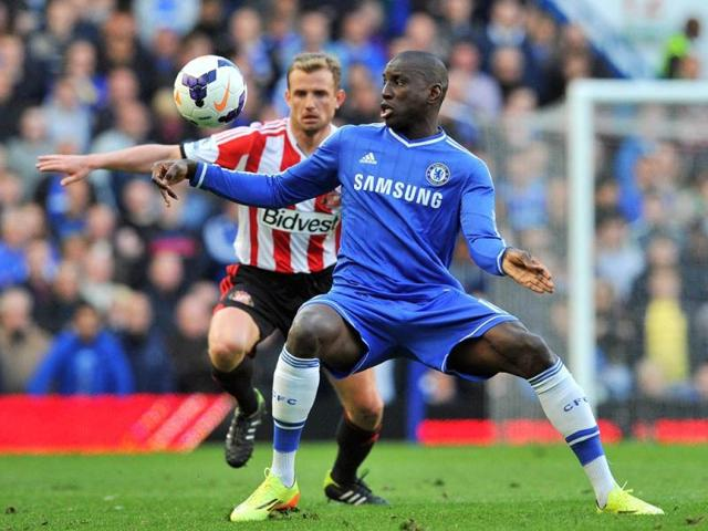 Chelsea-s-striker-Demba-Ba-vies-for-the-ball-against-Sunderland-s-midfielder-Lee-Cattermole-during-the-EPL-match-at-Stamford-Bridge-in-London-AFP-photo