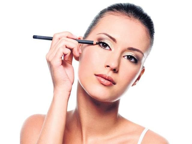 Use-your-lipstick-as-a-blush-or-your-bronzer-as-an-eyeshadow-HT-PHOTO