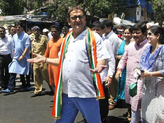 Mahesh Manjrekar, actor and MNS candidate from Mumbai North West, files his nomination papers in Bandra. (HT photo/Kalpak Pathak)