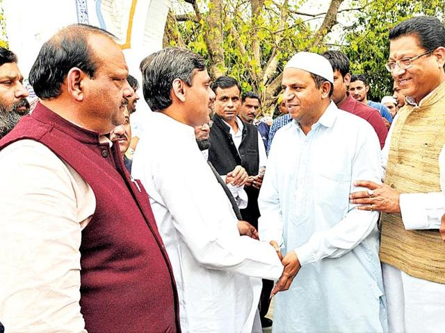 Tehri-Congress-candidate-Saket-Bahuguna-interacts-with-voters-while-campaigning-in-Dehradun-Rishi-Ballabh-HT-File