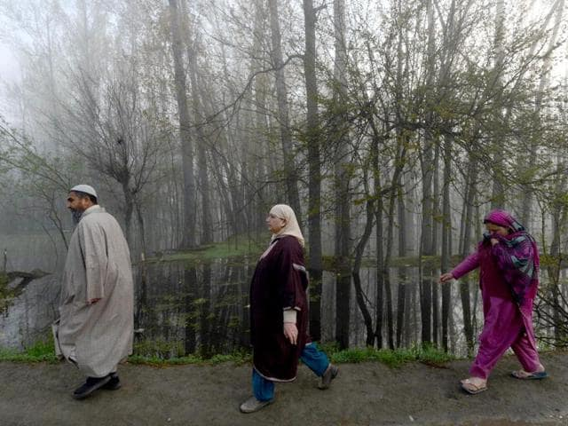 Voters go to cast their ballot at a local polling station during the early morning at Sangam, some 42kms south of Srinagar. (AFP photo)