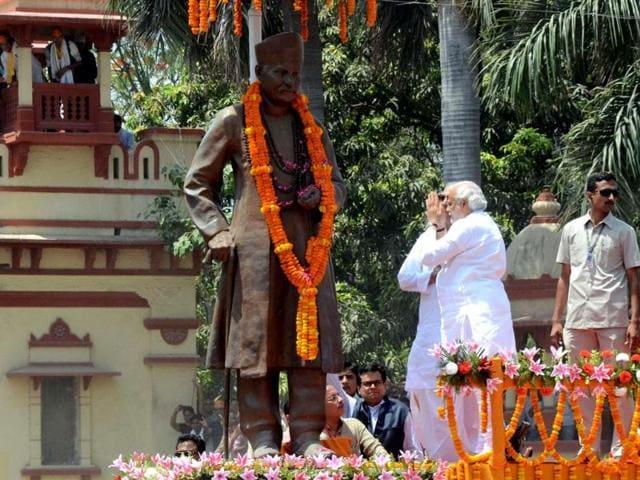 Chief minister of Gujarat and BJP prime ministerial candidate Narendra Modi prays in front of a statue of former politician Madan Mohan Malviya during a rally in Varanasi. (AFP photo)
