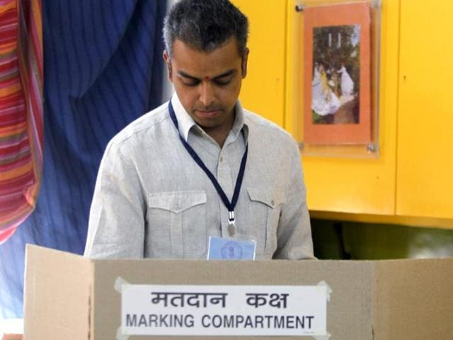 Congress candidate from South Mumbai Milind Deora cast his vote at a polling booth for Lok Sabha polls in Mumbai. (Kunal Patil/HT Photo)