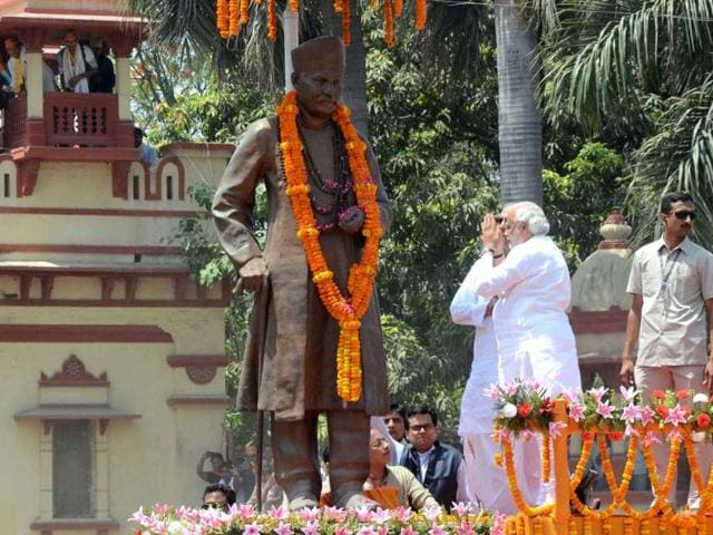 BJP PM candidate Narendra Modi prays in front of a statue of former politician Madan Mohan Malviya during a rally in Varanasi. (AFP photo)