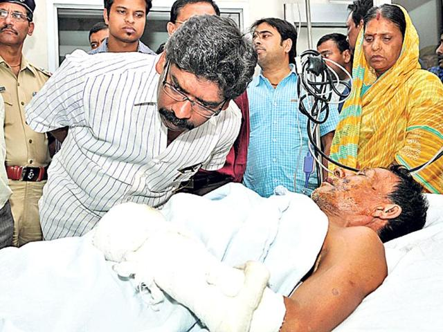 Chief-minister-Hemant-Soren-talks-to-Ram-Pratap-Rajak-who-was--injured-in-the-Shikaripara-Maoist-attack-at-RIMS-in-Ranchi-on-Sunday-Diwakar-Prasad-HT-Photo