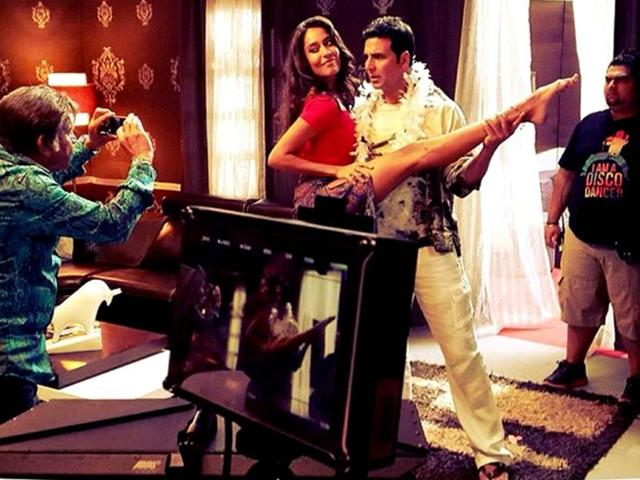 Akshay-Kumar-and-Lisa-Hayden-on-the-sets-of-Shaukeen