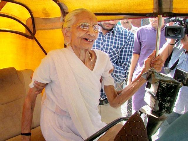 Narendra-Modi-s-mother-Hiraben-arrives-by-an-auto-rickshaw-to-cast-her-vote-for-Lok-Sabha-polls-in-Gandhinagar-PTI-Photo