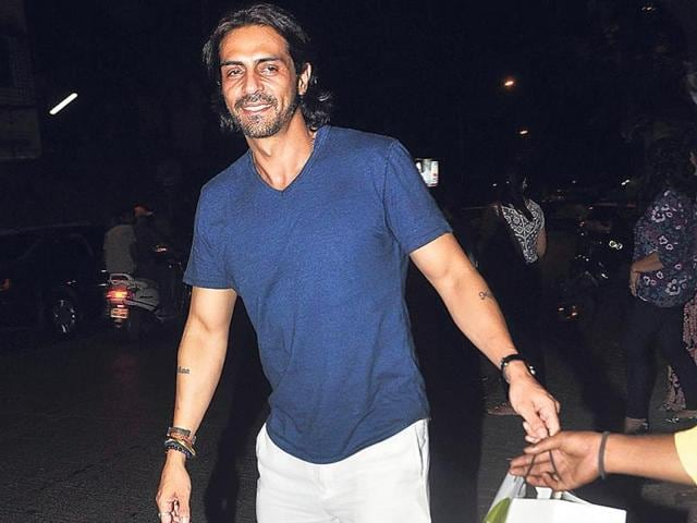 Arjun-Rampal-with-daughter-Myra-as-they-are-on-their-way-to-get-haircuts