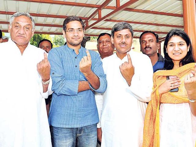 Ex-CM-Vijay-Bahuguna-his-sons-Saurabh-and-Cong-Tehri-candidate-Saket-Bahuguna-and-daughter-in-law-Gauri-Kuldeep-Rana-HT-Photo