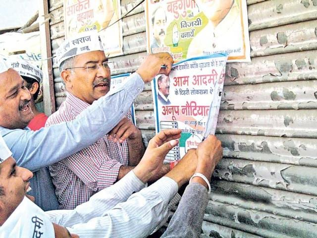 AAP-candidate-from-Tehri-seat-Anoop-Nautiyal-removes-election-campaign-posters-in-Dehradun-HT-Photo