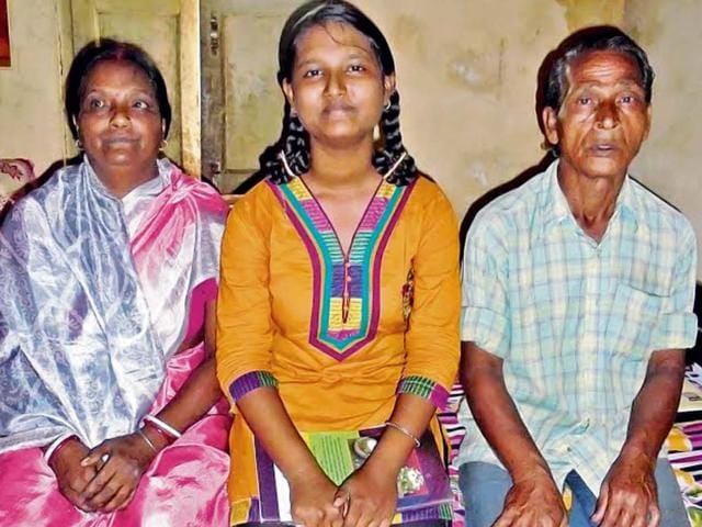 Subal-Pal-with-wife-and-daughter-Silpa-Subal-a-daily-wage-earner-is-ready-to-sell-his-body-organs-to-fund-his-daughter-s-higher-education-HT-Photo