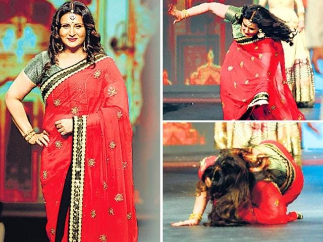 Bollywood-actor-Poonam-Dhillon-tripped-while-walking-the-ramp-HT-PHOTO