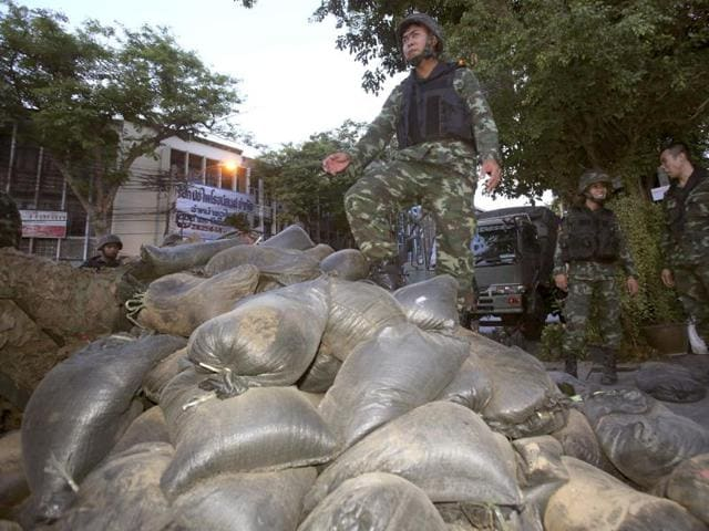 Thai soldiers stand on sandbags to set up a bunker outside an area occupied by anti-government protesters Thursday, May 22, 2014 in Bangkok (AP photo)