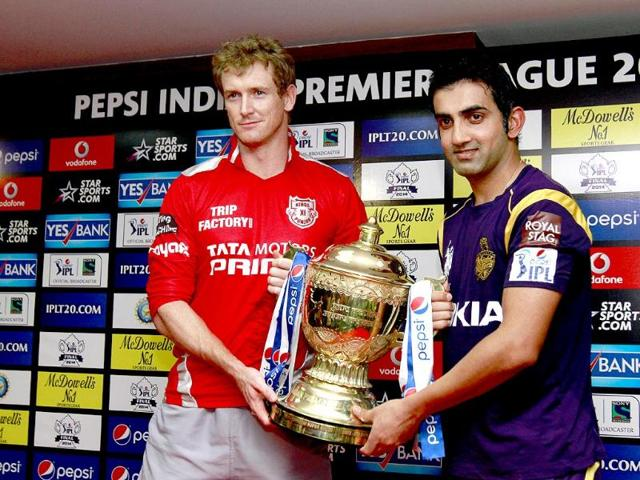 Kings-XI-Punjab-captain-George-Bailey-and-Kolkata-Knight-Riders-captain-Gautam-Gambhir-hold-the-IPL-7-trophy-after-a-press-conference-on-the-eve-of-the-final-Ajay-Aggarwal-HT-Photo