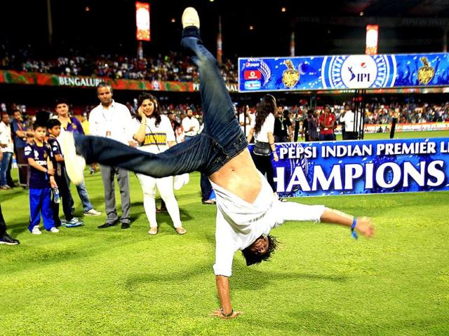 Shahrukh Khan, co owner of Kolkata Knight Riders does cartwheels after his team won against the Kings XI Punjab in the IPL final at M Chinnaswamy Stadium, Bengaluru. (Ajay Aggarwal/HT Photo)