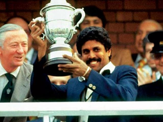 Kapil-Dev-holding-the--trophy-at-the-1983-World-Cup