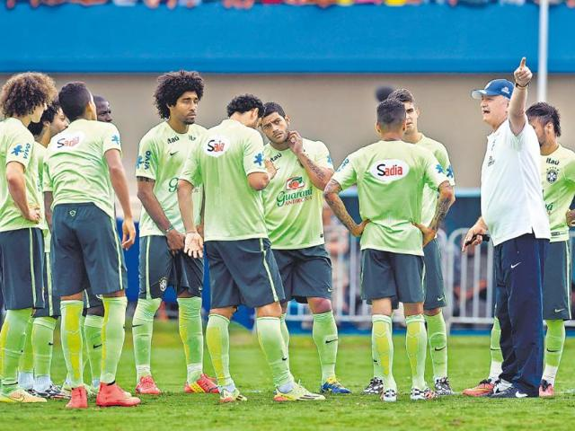 Luiz-Felipe-Scolari-R-gives-the-Brazilian-squad-a-piece-of-his-mind-during-Tuesday-s-training-session-AFP-Photo