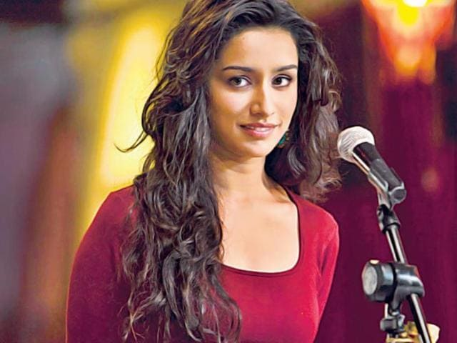 "Although their main act is to act, these ­Bollywood actors have earned themselves ­accolades for crooning their own songs. Here's taking a look at a few who have successfully replaced playback singers in some films.Shraddha Kapoor: GalliyanPraise for this actor has been pouring in from all directions for singing Galliyan in her next. And this granddaughter of classical singer Pandharinath Kolhapure (Lata Mangeshkar's cousin) is glad about it. ""The positive feedback that I received for the song has been overwhelming,"" she says."