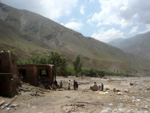 Afghan-villagers-search-at-the-site-after-a-flashflood-landslide-in-the-Guzargah-e-Nur-district-of-Baghlan-province-AFP-photo