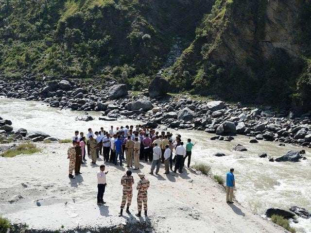 Rescue personnel gather on the banks of the Beas river during a search operation in Kullu, a day after 24 engineering students of Hyderabad were washed away. (AFP Photo)