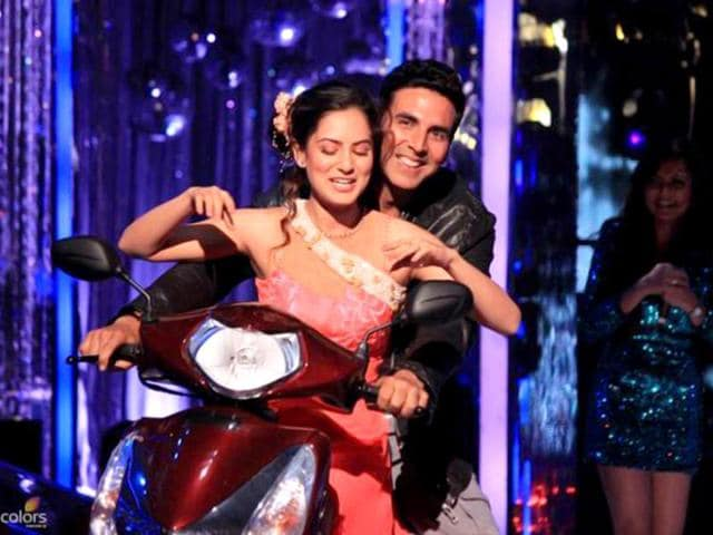 Contestant Pooja Banerjee turned out to be an Akshay Kumar fan and the star gave her a ride on his scooter. (Photo courtesy: Colors)