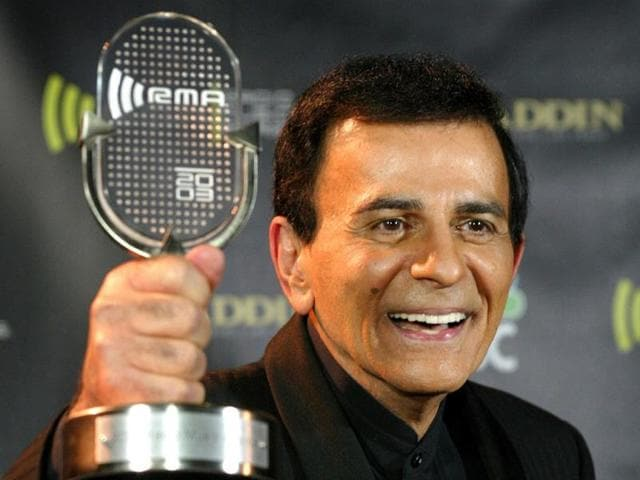 Casey-Kasem-poses-with-his-Radio-Icon-Award-at-the-2003-Radio-Music-Awards-at-the-Aladdin-Theatre-for-the-Performing-Arts-in-Las-Vegas-Nevada-Reuters-photo