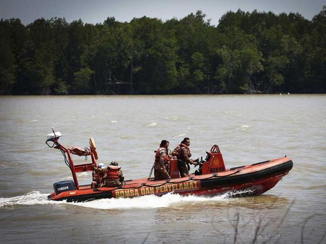 Malaysian-search-and-rescue-personnel-on-a-speed-boat-search-for-passengers-of-a-sunken-boat-in-outskirt-of-Banting-Malaysia-AP-Photo-Vincent-Thian