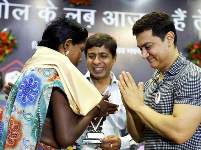 Bollywood-star-Aamir-Khan-felicitates-a-woman-for-bravery-during-inauguration-of-a-One-Stop-One-Crisis-Centre-OSOC-for-women-who-are-victims-of-violence-in-Bhopal-PTI-Photo