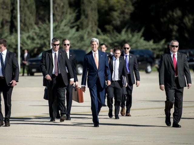 John Kerry walks with staff and bodyguards to the Iraq-bound plane. (AFP photo)
