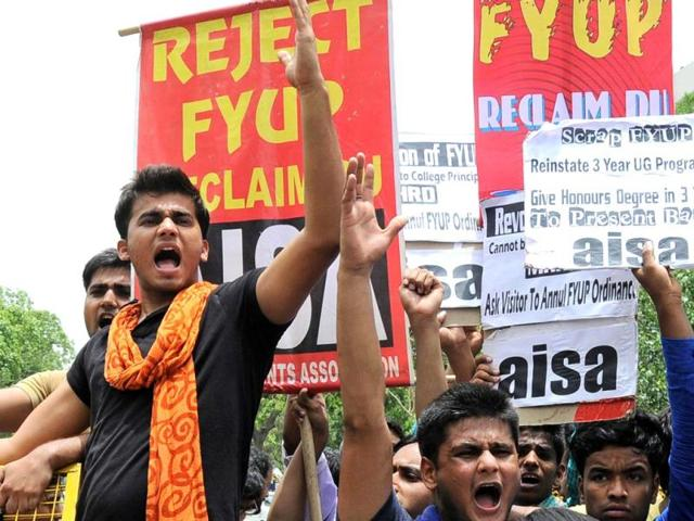 Activists of the All India Students Association (AISA) holding a protest demanding annulment the four-year undergraduate programme (FYUP) ordinances, outside the Shastri Bhavan in New Delhi. (HT Photo)