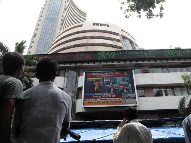 People watch Buget on billboard outside BSE in Mumbai. (Anshuman Poyrekar/ HT Photo)