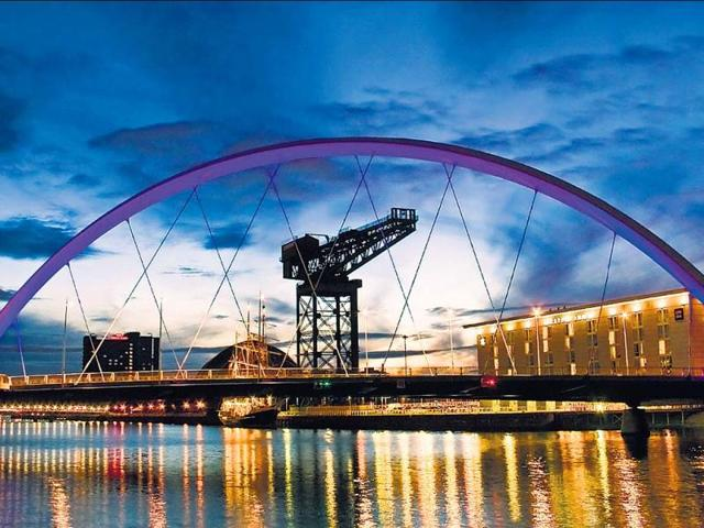 A-view-of-the-spectacular-Glasgow-Bridge-that-spans-the-River-Clyde